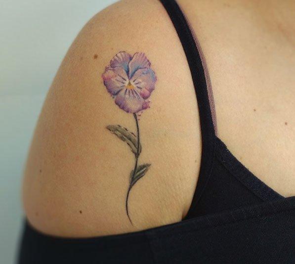 full color bloem tattoo op schouder