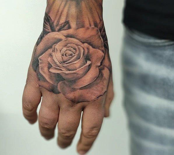 Realistische roos tattoo op hand