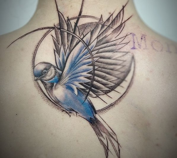 Zwaluw met geometrie tattoo op rug