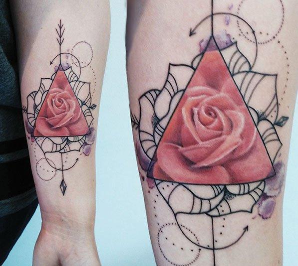 Geometrische roos tattoo