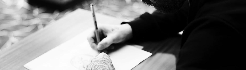attoo Artiest Jeroen is aan het tekenen